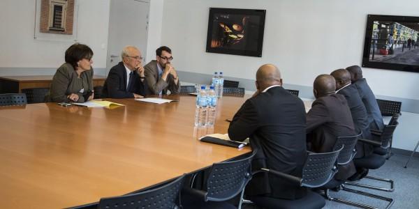 Réunion de travail sur la coopération décentralisée. Akomca avec des élus, en Côte d'Ivoire. Le Président du Conseil Régional Gôh, Ouest de la Côte d'IVoire.