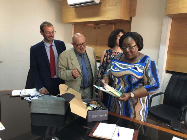 Remise d'un coffret de produits de terroirs par Alain Tapiau Président de la CUMA de Haute-Garonne, Jean-Damien Laborde, Directeur de la CUMA et Maguy Mel-Rovira, Présidente d'Akomca